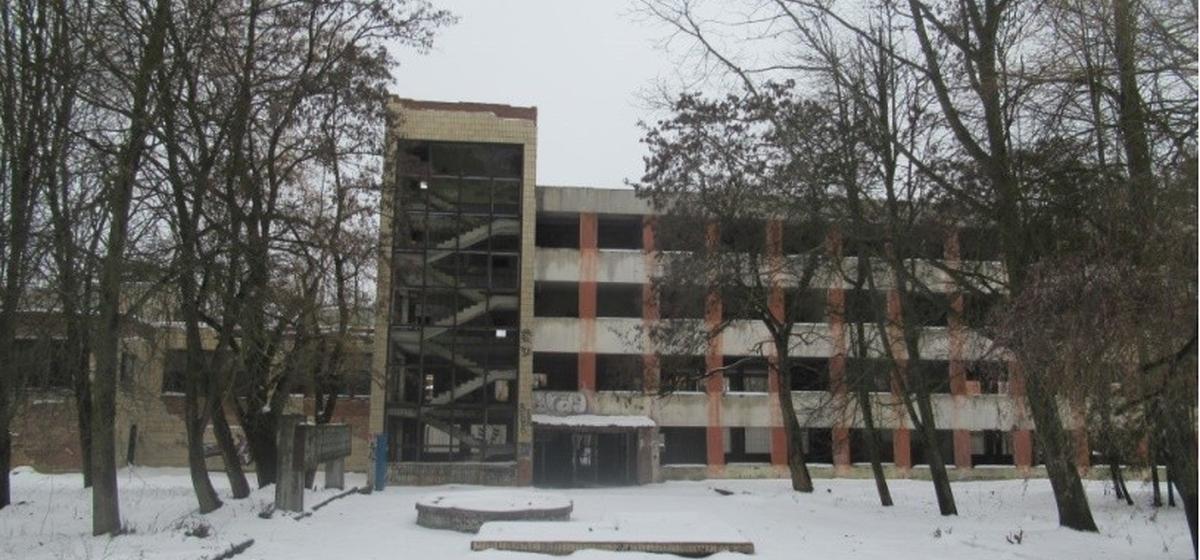 Заброшенное административное здание с бывшей столовой в Барановичах продают по цене добротного коттеджа
