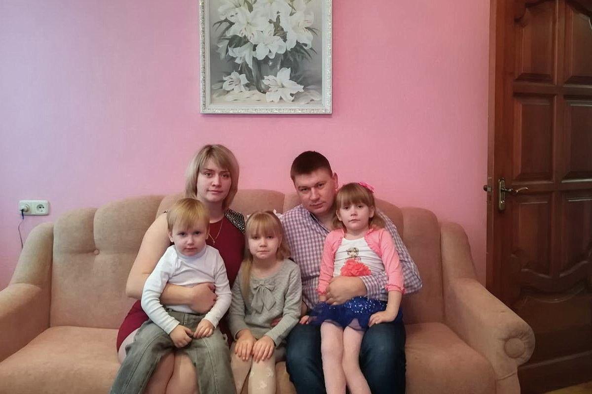 Тамара Скерсь с мужем Виталием и детьми: 6-летней Ксенией, 4-летней Екатериной и 2-летним Андреем. Фото: архив семьи СКЕРСЬ