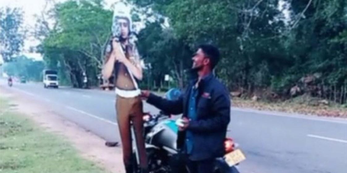 В Шри-Ланке полиция арестовала молодых людей, которые пытались дать взятку картонному полицейскому (видео)