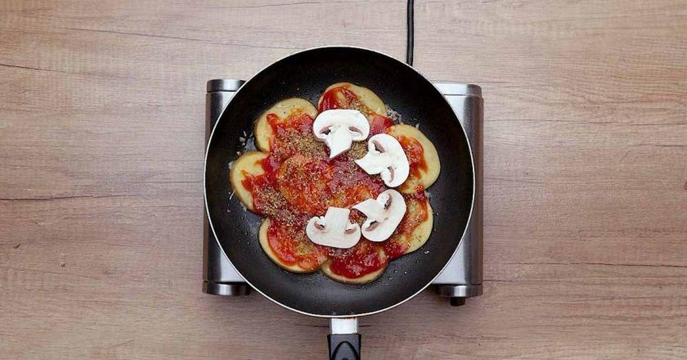 Вкусный завтрак. Картофельная пицца c яйцом и ветчиной