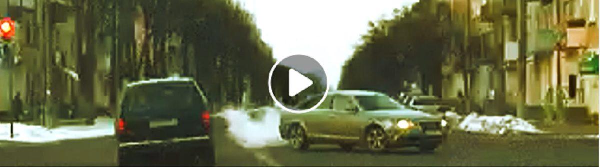 Водитель на одном перекрестке трижды нарушил правила (видеофакт)