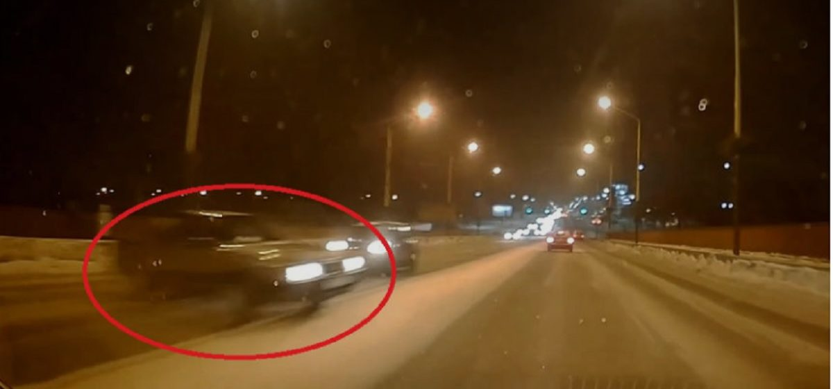 Легковушка в заносе едва не спровоцировала массовую аварию на путепроводе в Барановичах (видео)