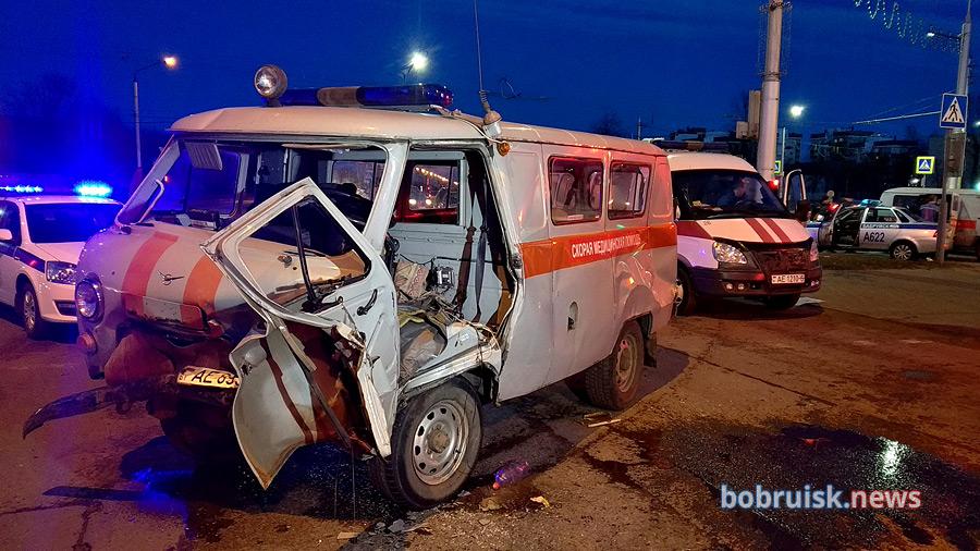 В Бобруйске столкнулись Ford и скорая с роженицей. Врач вылетела через лобовое стекло (видео момента ДТП)