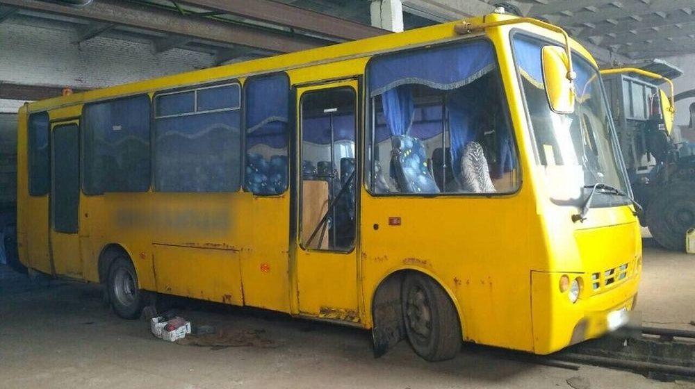Во время ремонта автобус слетел с креплений и раздавил рабочего в Кировском районе