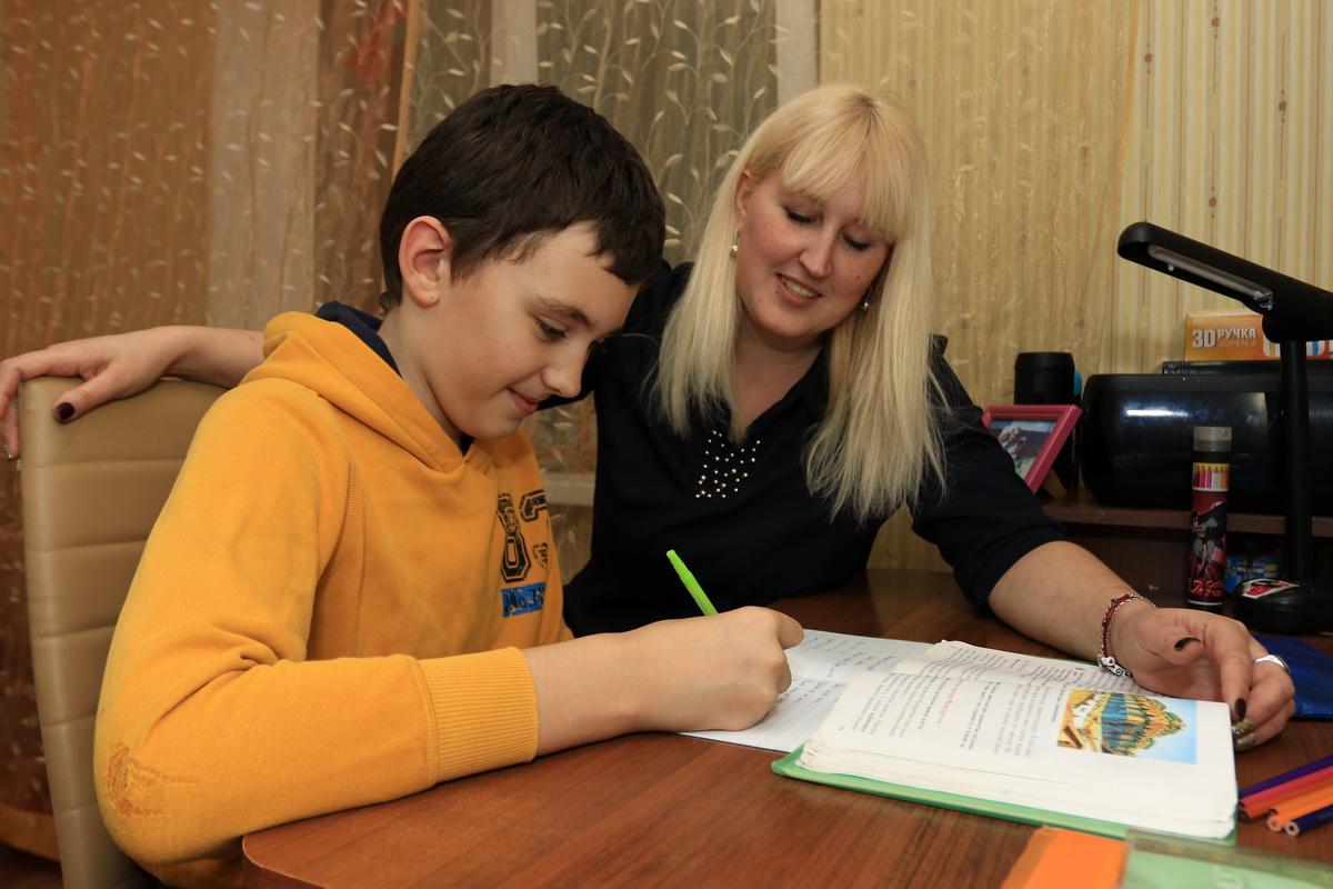 Наталья Гасымова каждый день проверяет домашнее задание сына Глеба и помогает ему со сложными задачами. Фото: Александр ЧЕРНЫЙ