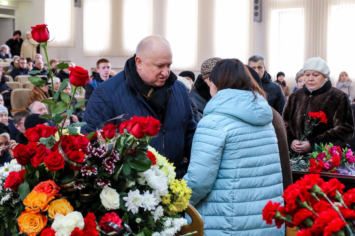 Директор комбината ЖБК Виктор Дичковский на траурной церемонии. Фото: Александр ЧЕРНЫЙ