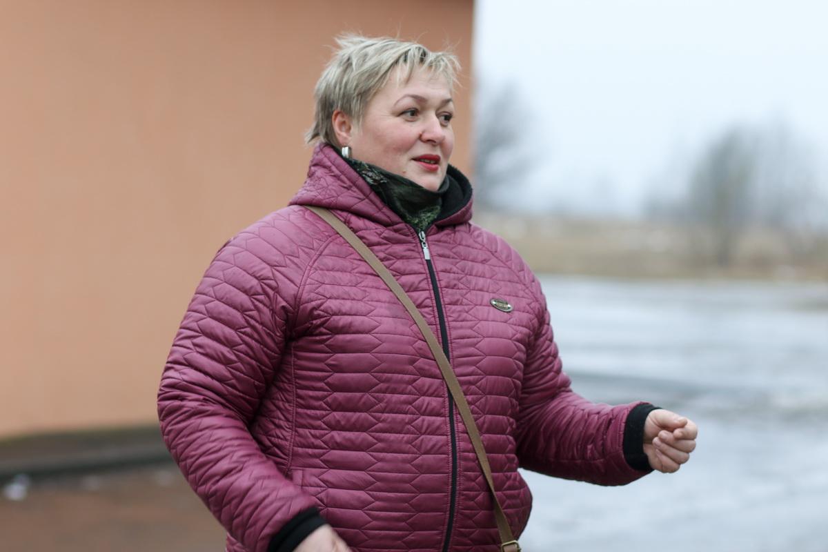 Ольга Гладкая купила в магазине по предоплате ламинат, но ждать его пришлось почти два месяца. Фото: Александр ЧЕРНЫЙ