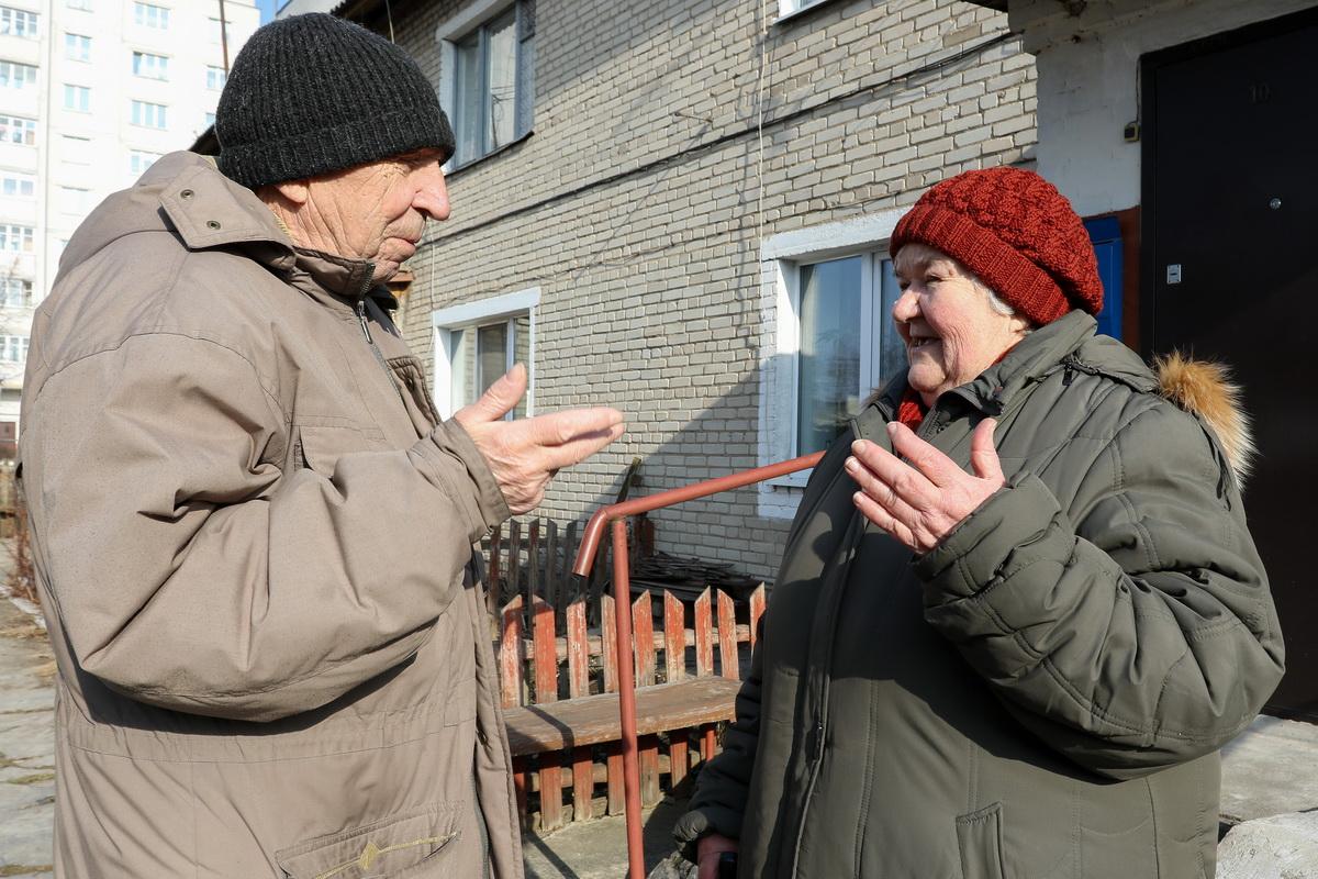 Супруги Харченко живут в доме №13 на улице Текстильной. с момента его сдачи в эксплуатацию в мае 1961 года, но не припомнят ни одного капитального ремонта в их старенькой двухэтажке. Фото: Александр ЧЕРНЫЙ