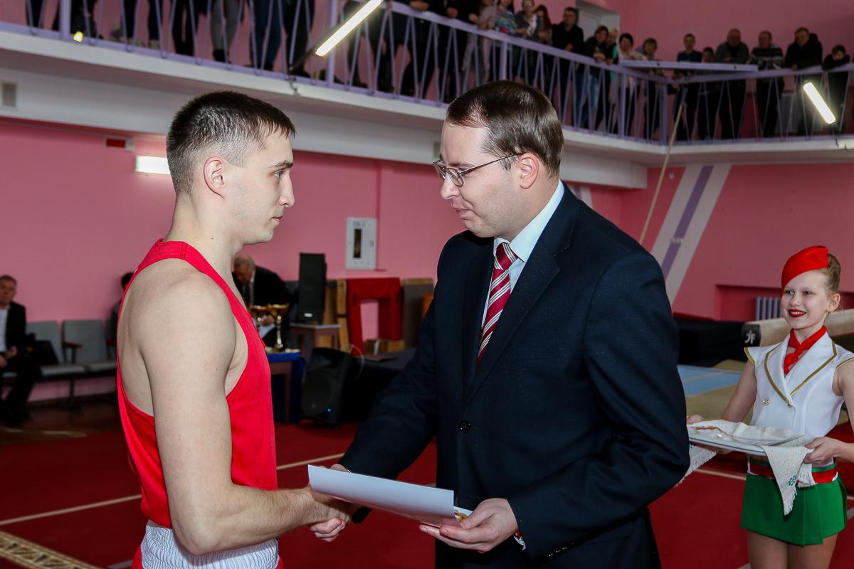 Алексей Гарбуз, заместитель председателя Барановичского горисполкома, вручает Егору Курбанову сертификат на получение областной стипендии.