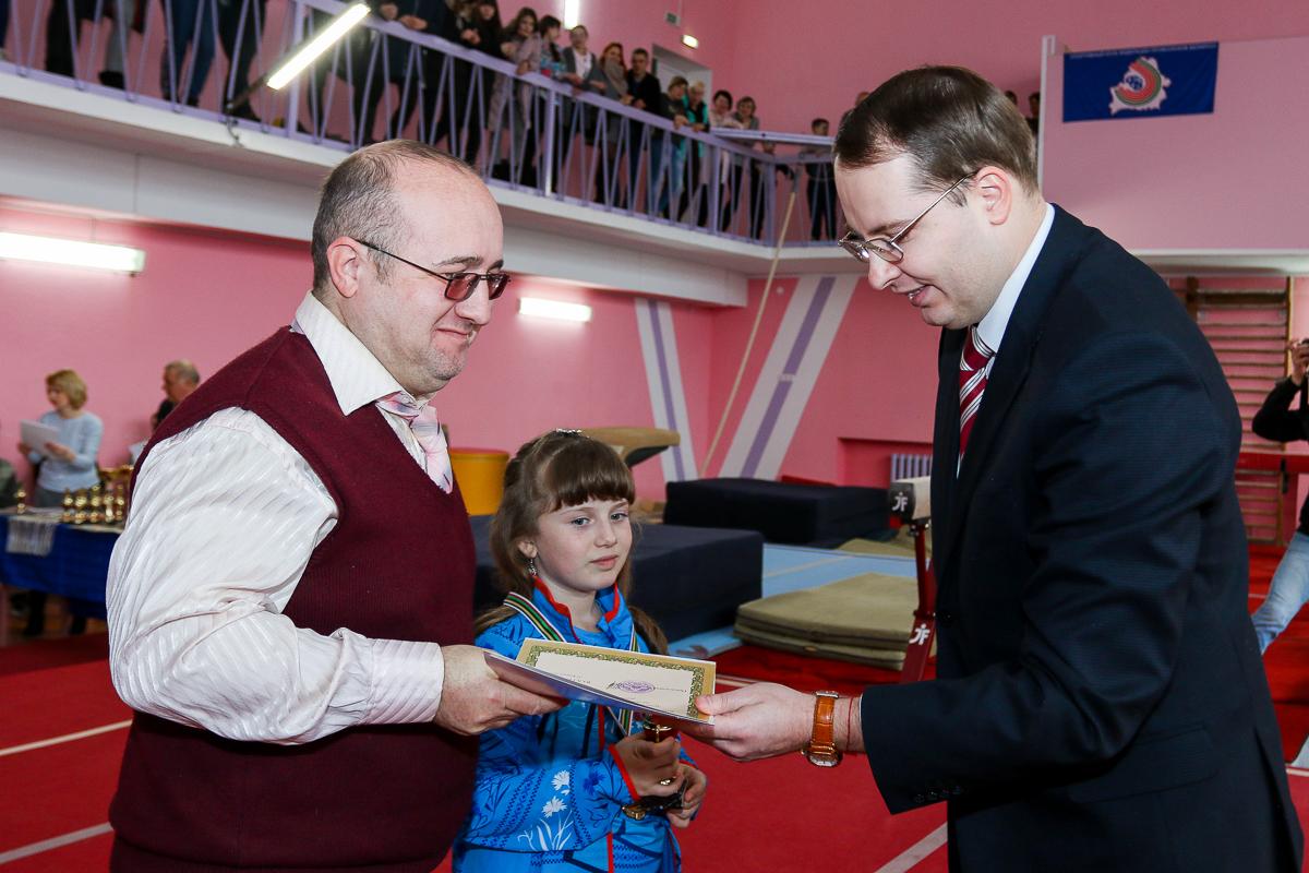 Алексей Гарбуз награждает Милену и Александра Сидореню.