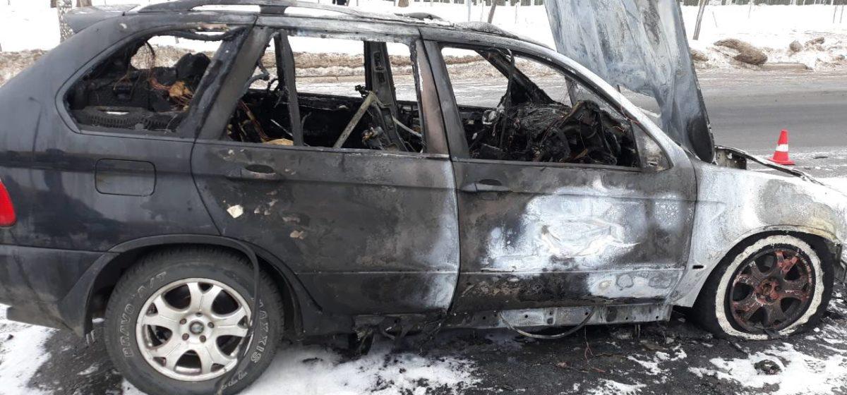 Могилевчанин угнал BMW X5, чтобы покатать девушек. Машина на ходу воспламенилась и сгорела (фотофакт)