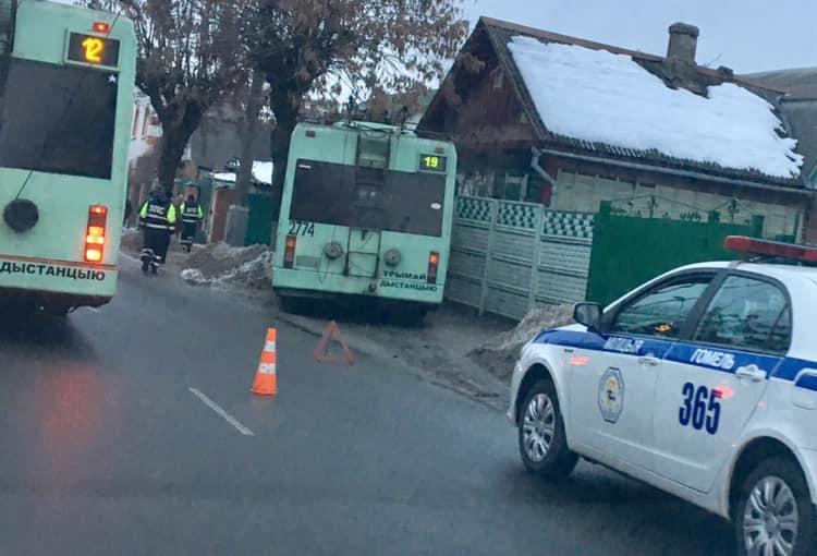В Гомеле троллейбус въехал в частный дом (фото и видео)