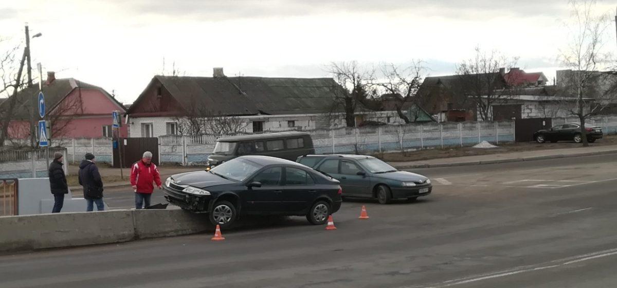 В Барановичах на въезде на путепровод Renault «сел» на бордюр (фотофакт)