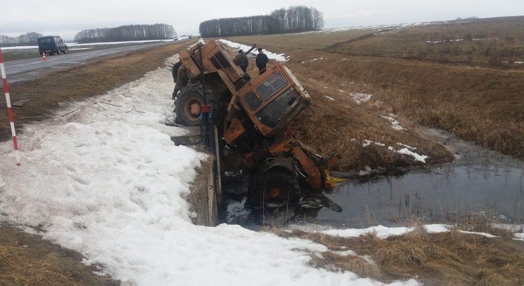 В Добрушском районе трактор съехал в мелиоративный канал и прижал человека (видео)