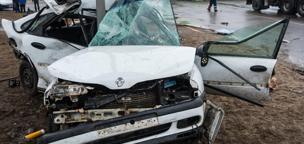 В Светлогорске Renault ударился об автобус и влетел в опору рекламного щита, водитель погиб