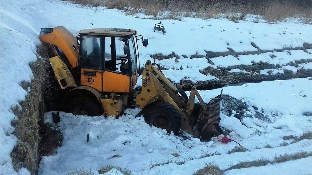Погрузчик упал в мелиоративный канал в Ошмянском районе, пострадал водитель