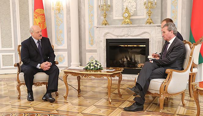 После прилета из Сочи Лукашенко встретился с еврокомиссаром: «Готов ответить на все ваши озабоченности»