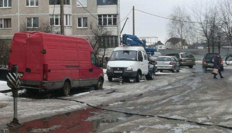 Повреждения, которые получил микроавтобус в результате падения столба. Фото: Ян ЯКОВЧИК