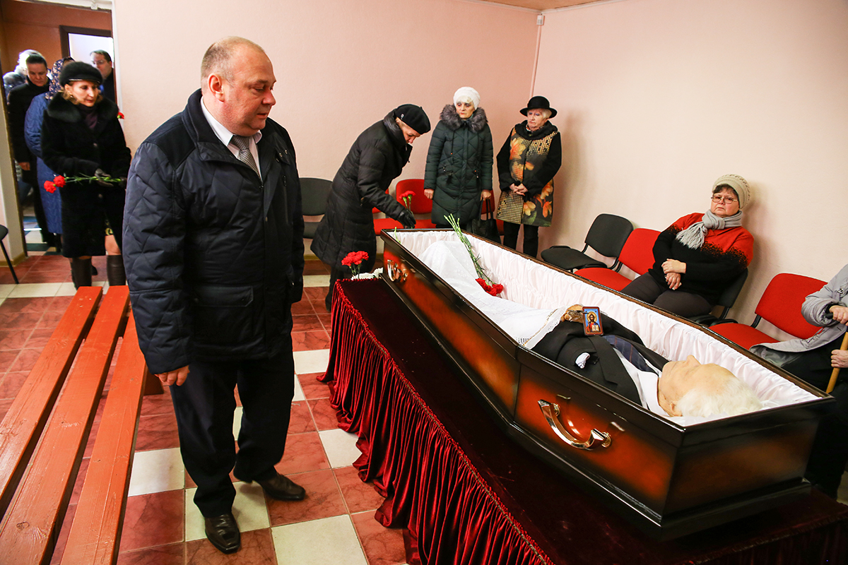 Председатель Барановичского горисполкома Юрий Громаковский пришел попрощаться с Михаилом Акуленко. Фото: Евгений ТИХАНОВИЧ