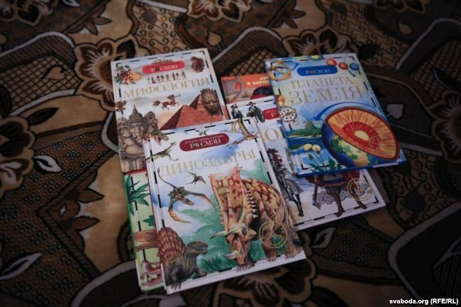 Энциклопедии, которые читал Вадим. Фото: svaboda.org