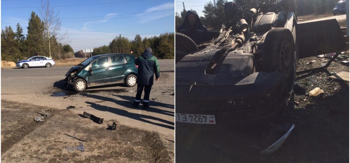 Две легковушки столкнулись в Мозырском районе. Одна из машин перевернулась на крышу