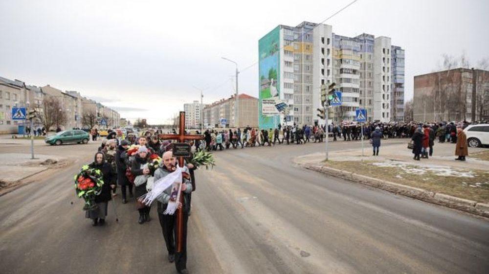 Сотни жителей Столбцов пришли проститься с жертвами нападения в школе №2 (фото)
