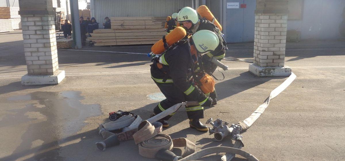 Барановичские спасатели «тушили» мебельную фабрику (фотофакт)