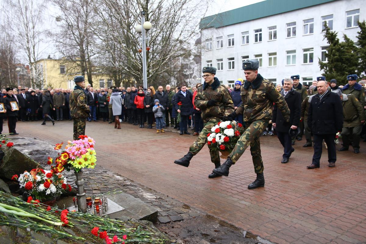 Возложение цветов у памятника воинам-афганцам. Фото: Татьяна МАЛЕЖ