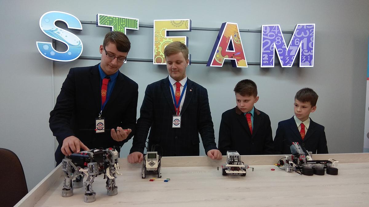 Учащиеся средней школы №20 г. Барановичи демонстрируют роботов, которые собрали сами. Фото: Анастасия ШИМКО