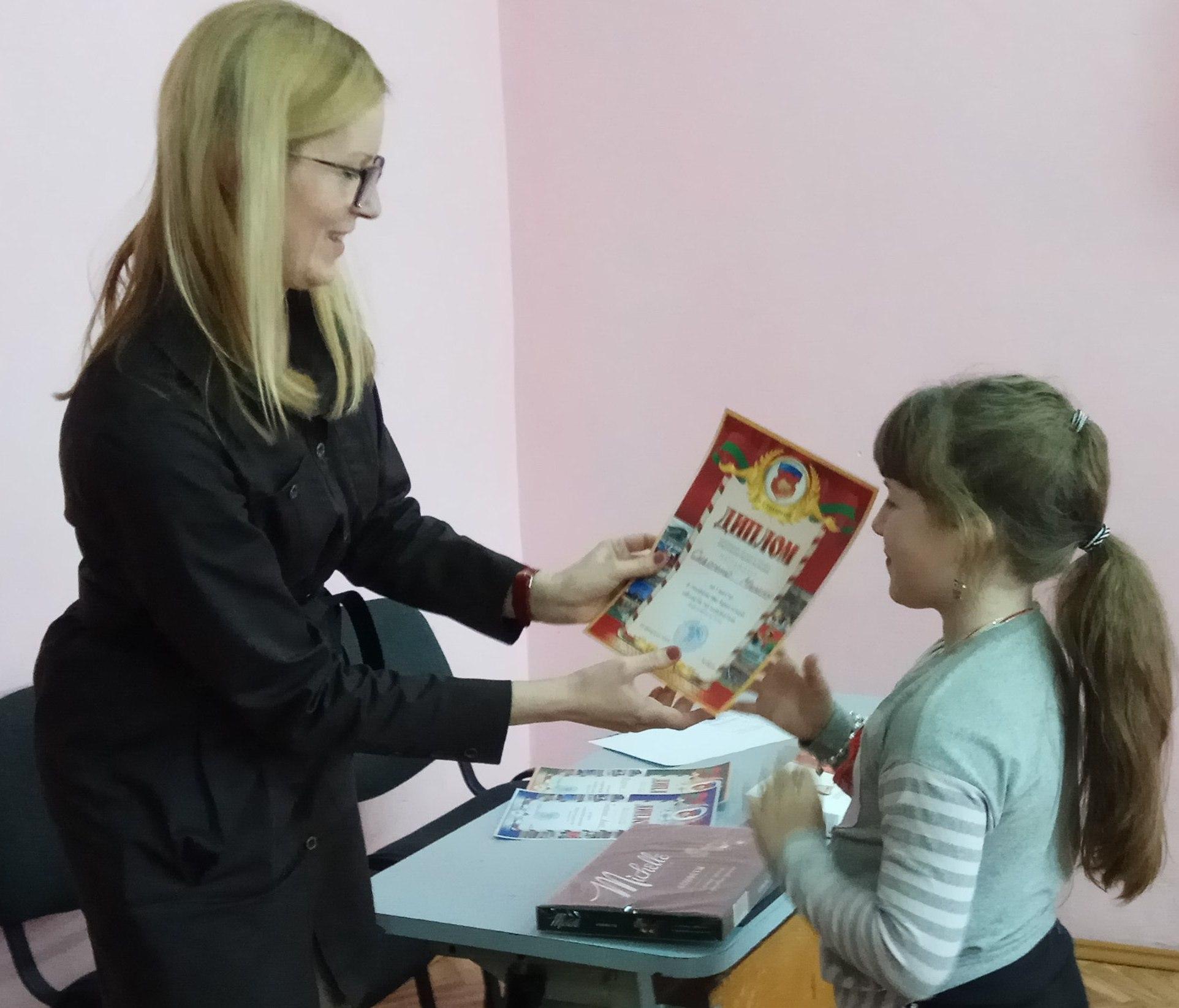 Милена Сидореня получает диплом.