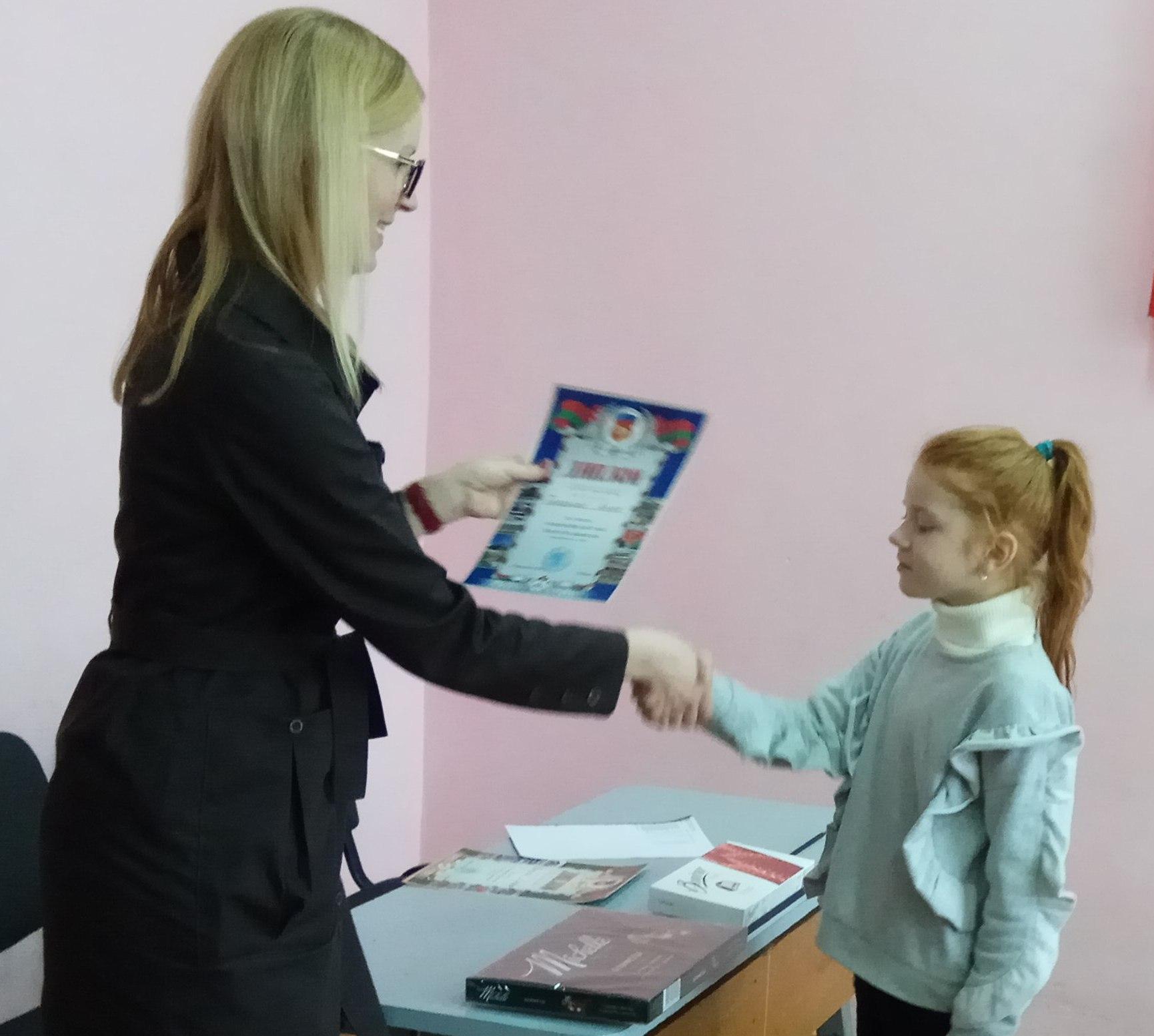 Ане Тихоновой вручают диплом.