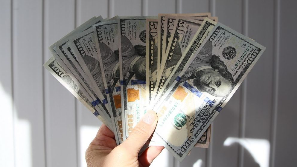 Курсы валют 14 февраля: евро и доллар растут, российский рубль продолжает падение