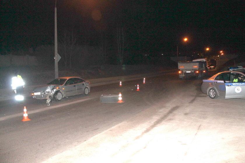 В Барановичах у грузовика на ходу оторвало два колеса. Одно влетело в легковой автомобиль, где везли ребенка