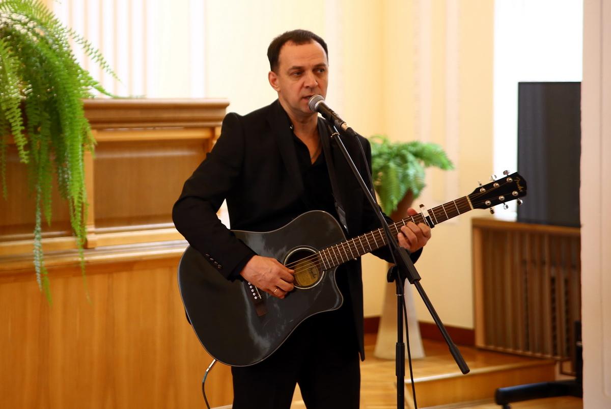 Андрей Черкасов исполнил песню «15 февраля». Фото: Татьяна МАЛЕЖ