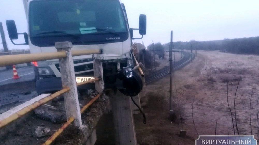 Грузовик повис на перилах моста в Ивацевичском районе (фото)
