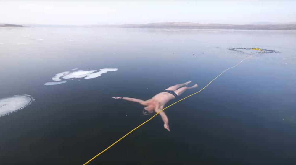 В сети набирает популярность видео, на котором дайвер из Чехии проплыл несколько метров подо льдом озера
