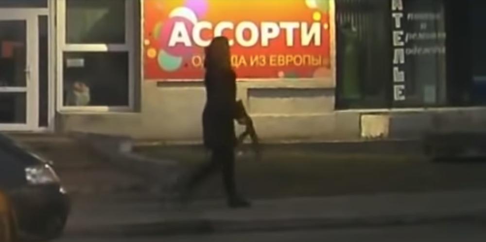 В Бресте очевидец снял на видео, как по улице идет женщина с автоматом (видеофакт)