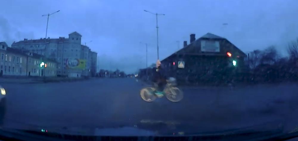 Велосипедист проехал на красный свет перекресток в Барановичах и чуть не спровоцировав ДТП (видеофакт)