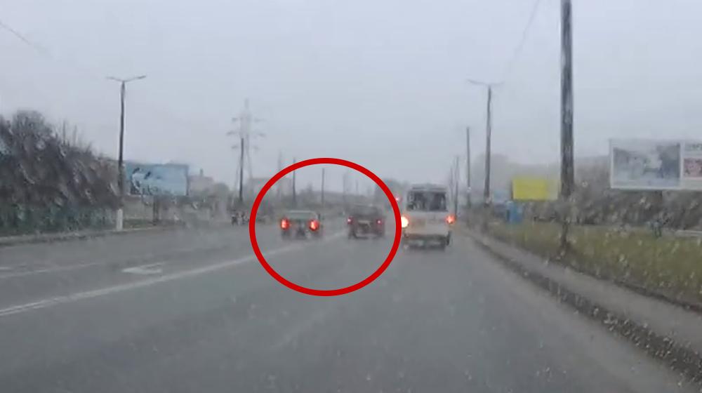 Опасные маневры. В Барановичах БМВ пошел на обгон через «две сплошные» (видеофакт)