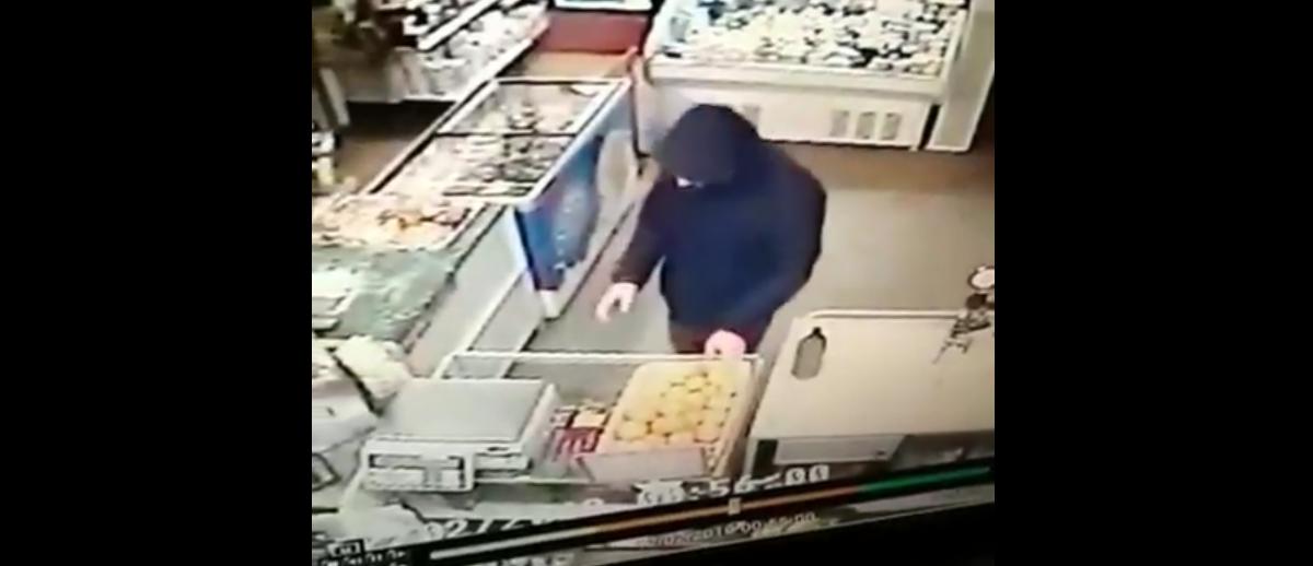 Мужчина убежал с ящиком фруктов из ночного магазина в Барановичах. Его ищет милиция (видео)