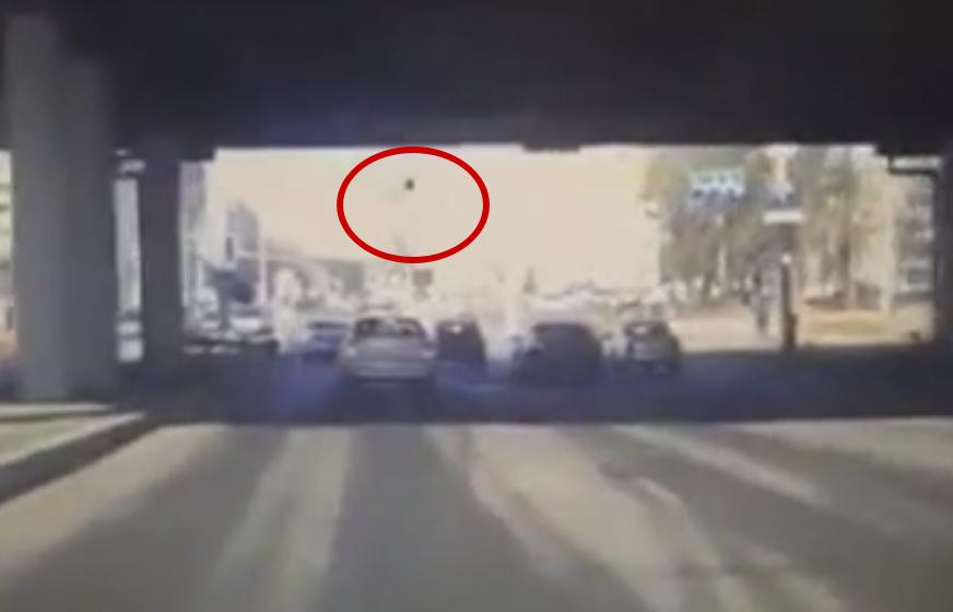 Отвалившийся кусок путепровода в Минске упал на проезжавший автомобиль (видео)