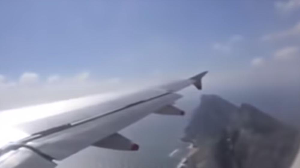 Пассажиры сняли на видео, как их авиалайнер чуть не разбился из-за сильного ветра