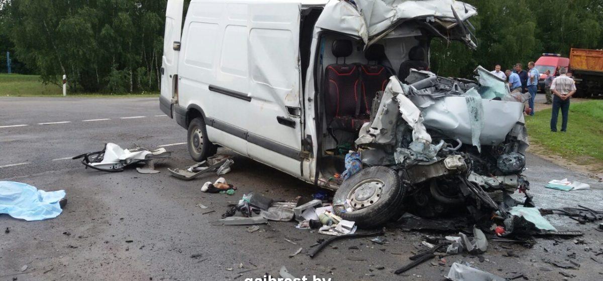 Появилось видео ДТП под Каменцем, когда МАЗ не пропустил бус. Погибли два ребенка, их мать и водитель Renault