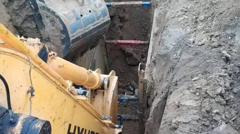 Рабочего в котловане на глубине шесть метров засыпало землей в Фаниполе