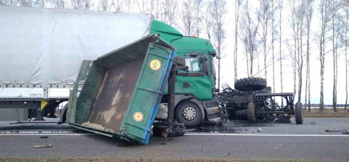 В Толочинском районе столкнулись трактор и фура. Тракторист погиб