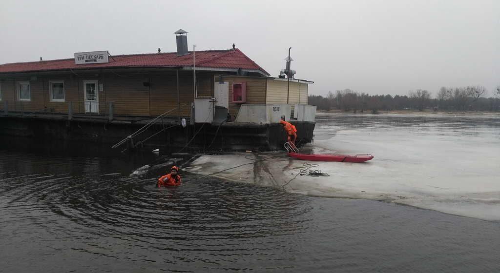 Баржу-бар с людьми оторвало от берега в Мозыре. Видео спасения