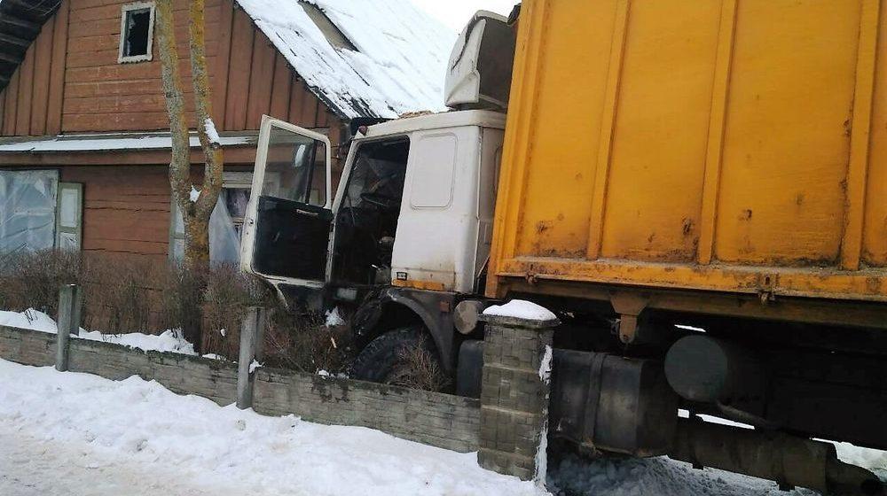«МАЗ» пытался разъехаться с трактором и врезался в жилой дом в Гродненском районе (фото)