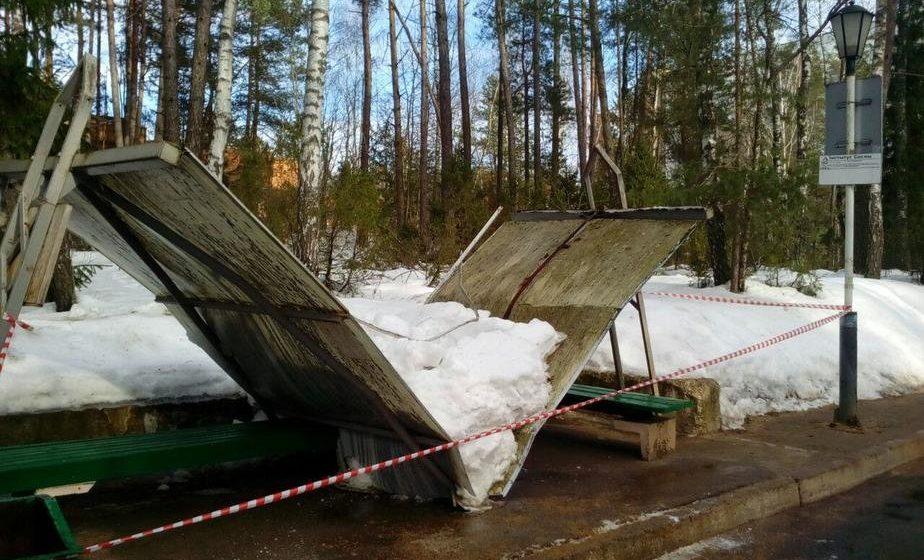 Под тяжестью снега под Минском обрушилась крыша остановки общественного транспорта (фотофакт)