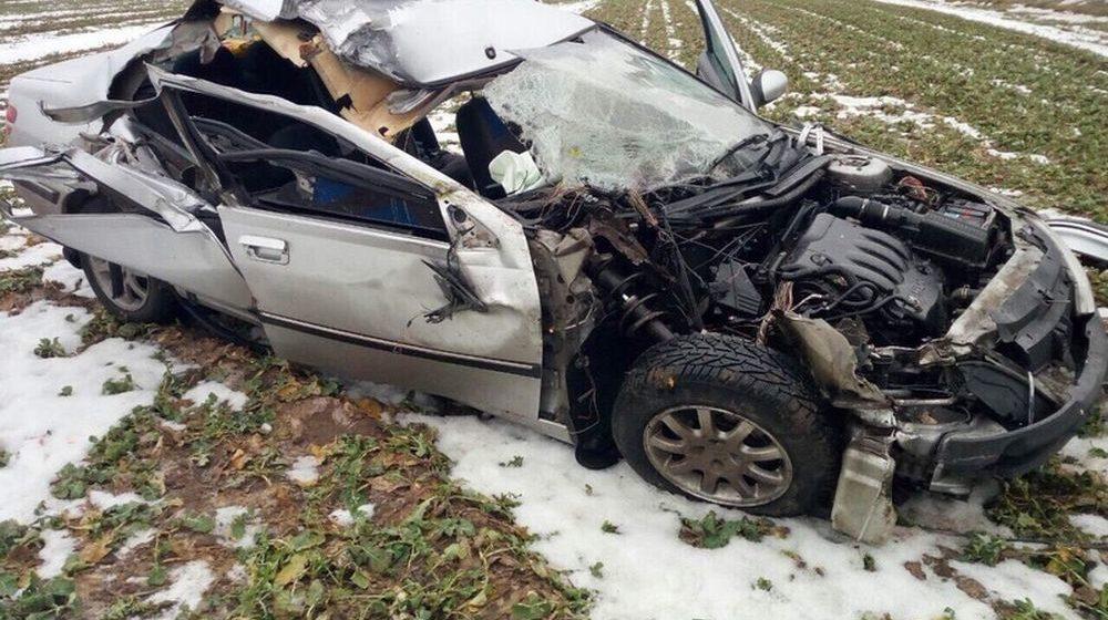 Легковушка влетела в КамАЗ и съехала в кювет в Кобринском районе (фото)