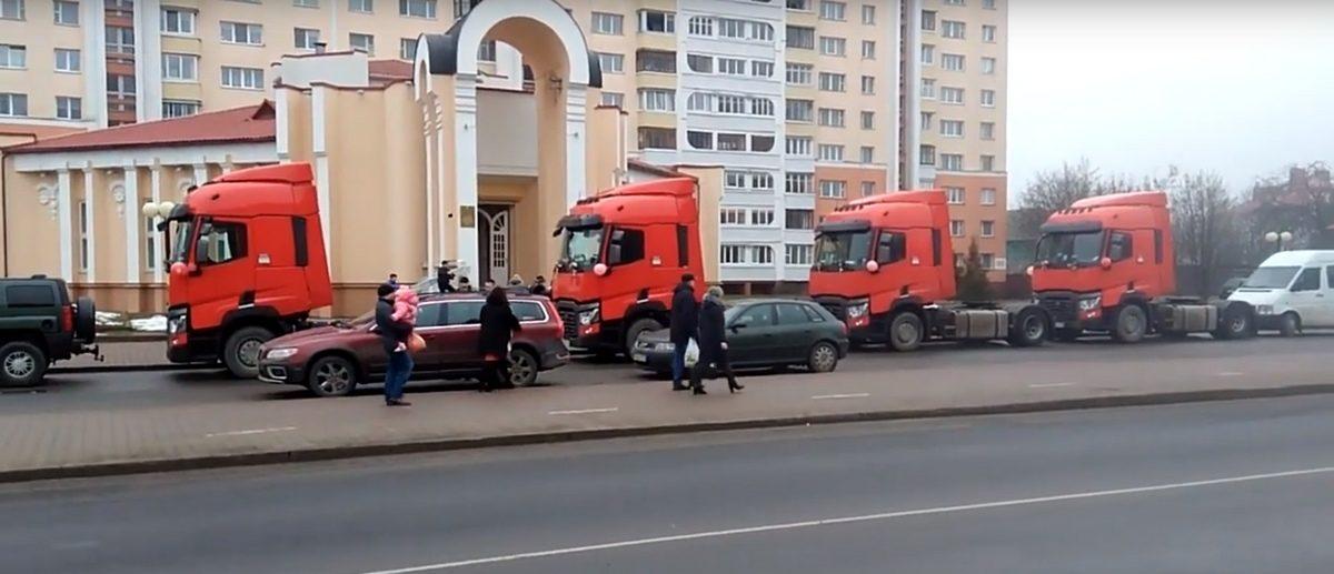 Необычная и красивая свадьба дальнобойщика. Четыре красных тягача приехали к ЗАГСу в Барановичах (видеофакт)